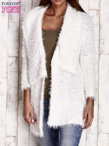Biały asymetryczny sweter z szerokim kołnierzem