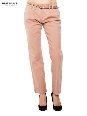 Ciemnobeżowe spodnie chinos z paskiem z lakierowanej skóry