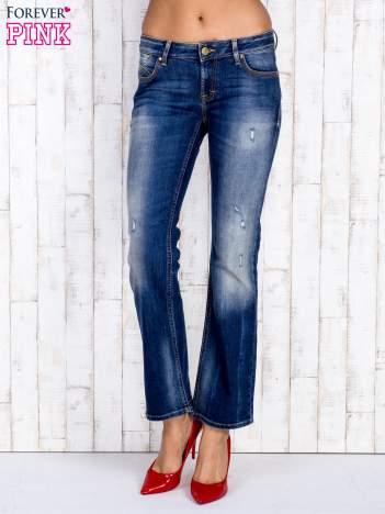 Ciemnoniebieskie proste spodnie jeansowe z przetarciami