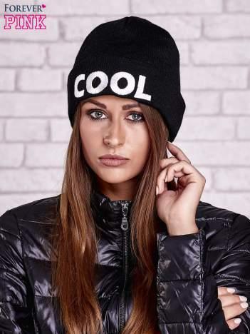 Czarna wywijana czapka z napisem COOL