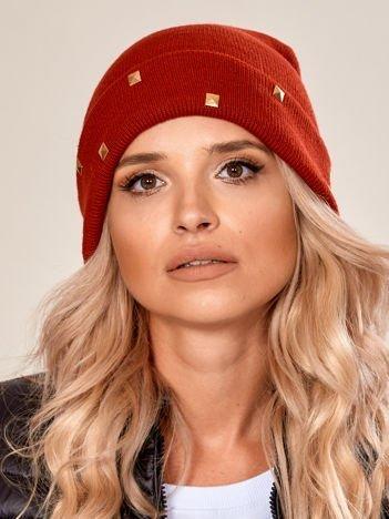 Czerwona wywijana czapka ze złotymi ćwiekami