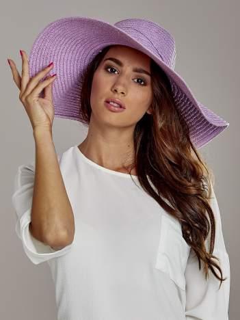 Fioletowy kapelusz słomiany z dużym rondem i kwiatkami