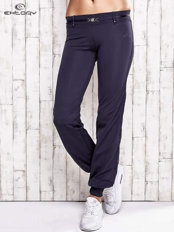 Grafitowe spodnie dresowe z ozdobnym paskiem