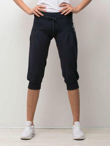 Granatowe spodnie capri z wiązaniem