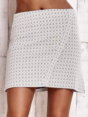 Kremowa fakturowana trapezowa spódnica