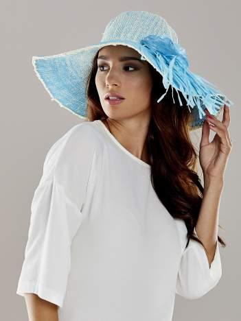 Niebieski kapelusz słomiany z dużym rondem i kwiatem