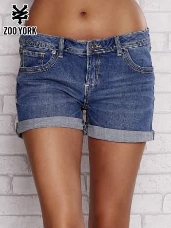 Niebieskie jeansowe szorty z podwijanymi nogawkami