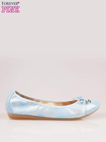 Niebieskie pikowane baleriny na gumkę z lakierowanym noskiem