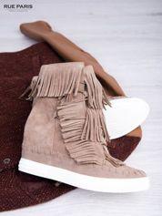 Beżowe zamszowe sneakersy z frędzelkami na koturnach