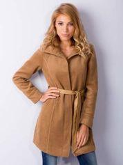 Beżowy wełniany płaszcz ze skórzanym paskiem
