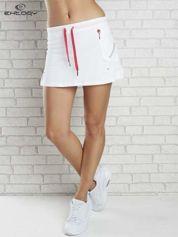 Biała spódnica dresowa z falbanką i fuksjowym troczkiem