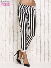 Białe spodnie rurki w czarne pionowe pasy