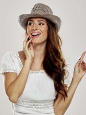 Brązowy damski kapelusz kowbojski z ciemną plecionką