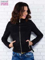 Czarna kurtka ramoneska ze złotym suwakiem z tyłu