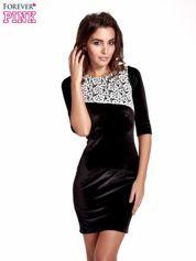 Czarna welurowa sukienka z koronkowym wykończeniem