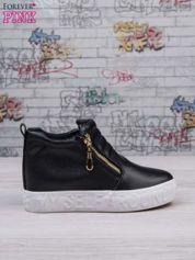 Czarne skórzane buty slip on ze złotym suwakiem i napisem