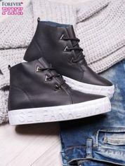 Czarne sneakersy za kostkę z surowym wykończeniem