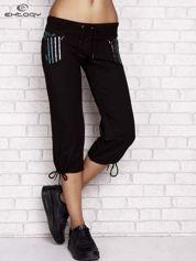 Czarne spodnie dresowe capri z dziewczęcymi nadrukami