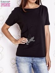 Czarny t-shirt z ukośną kieszenią i dżetami