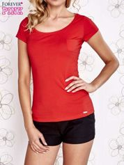 Czerwony t-shirt z kieszonką i koronkowym tyłem