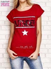 Czerwony t-shirt z napisem OUTSIDER