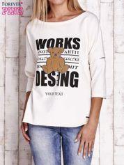 Ecru bluzka oversize z nadrukiem i surowym wykończeniem
