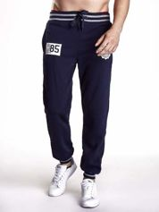 Granatowe dresowe spodnie męskie z naszywkami i kieszeniami