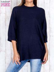 Granatowy luźny sweter oversize z bocznymi rozcięciami