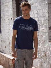 Granatowy t-shirt męski z napisami i liczbą 83