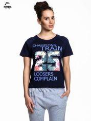 Granatowy t-shirt z kwiatowym numerem 25