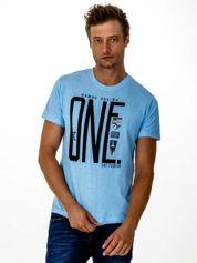 Jasnoniebieski t-shirt męski z nadrukiem i napisem ONE