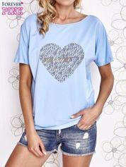 Jasnoniebieski t-shirt z napisem JE T'AIME i dekoltem na plecach