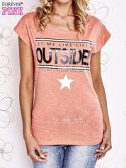 Koralowy t-shirt z napisem LET ME LIVE LIKE AN OUTSIDER
