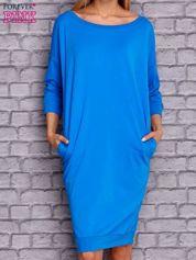 Niebieska sukienka oversize ze ściągaczem
