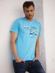 Niebieski t-shirt męski z nadrukiem napisów w sportowym stylu