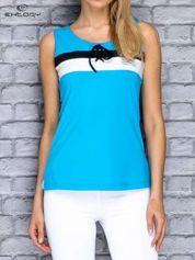 Niebieski top sportowy z wiązaniem w stylu marynarskim