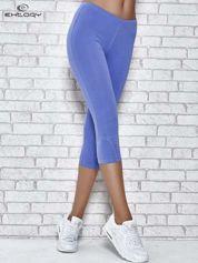 Niebieskie legginsy sportowe z dżetami i marszczoną nogawką za kolano