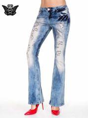 Niebieskie spodnie jeasnowe dzwony z przetarciami i rozjaśnianą nogawką