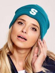 Zielona wywijana czapka z literą S
