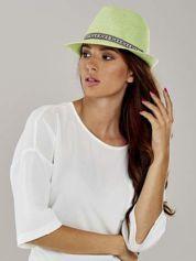 Zielony kapelusz fedora z etniczną wstążką