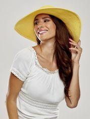 Żółty kapelusz z dużym rondem i dżetami