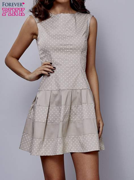Beżowa sukienka w groszki z kontrafałdami