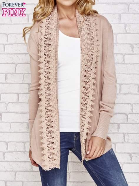 Beżowy sweter kardigan z ażurowym przodem