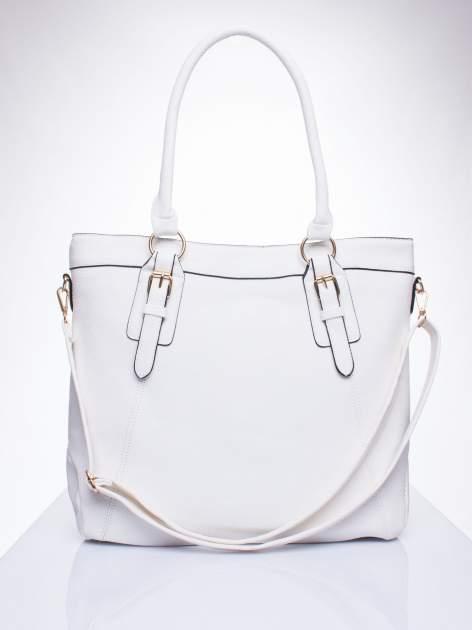 Biała fakturowana torebka z klamerkami