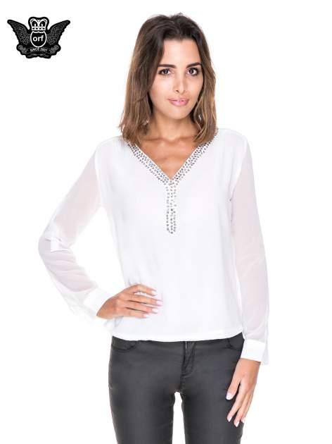 Biała koszula z transparentnymi rękawami i dżetami przy dekolcie