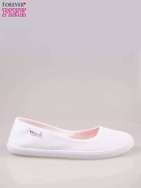 Białe lekkie balerinki na elastycznej podeszwie
