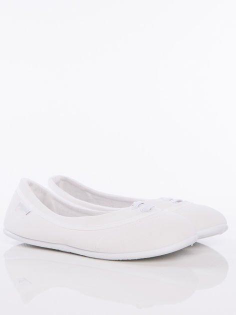 Białe materiałowe baleriny ze sznurówkami i białą podeszwą