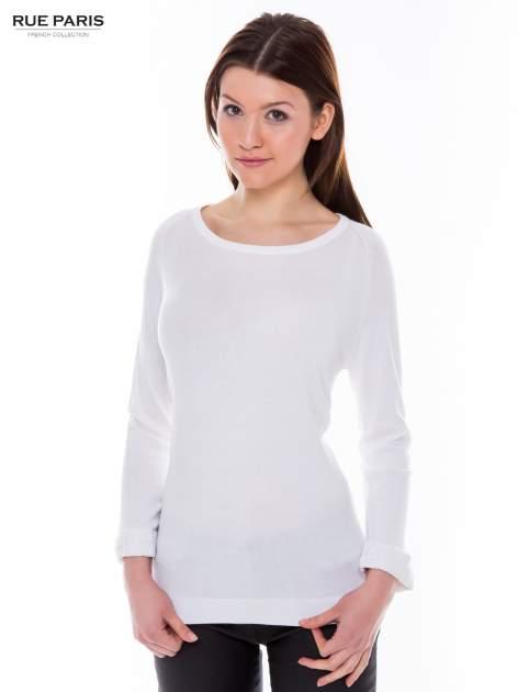 Biały sweter z długim rękawem wykończonym koronkowym mankietem