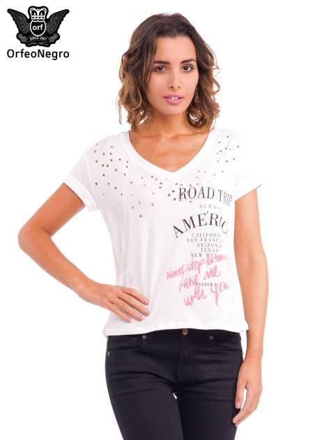 Biały t-shirt z dziurkowanym dekoltem i nadrukiem