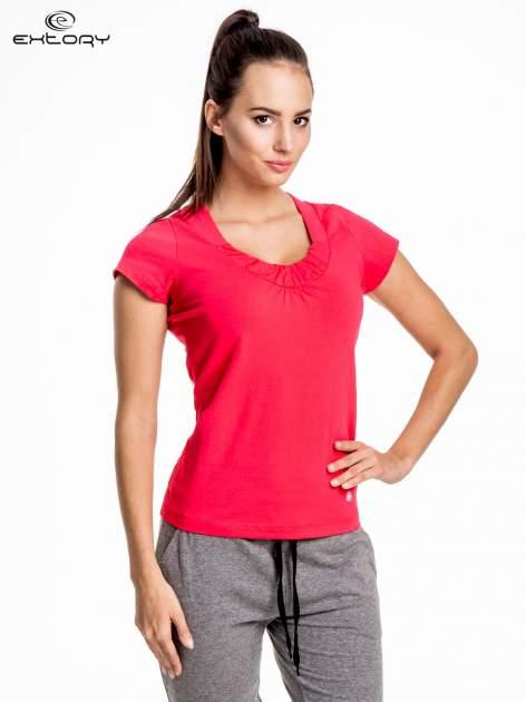 Ciemnokoralowy damski t-shirt sportowy z marszczonym dekoltem